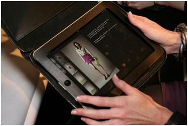 Burberry brugte iPads under deres modeshow for forår/sommer 2011, hvor VIP-kunder kunne se de forskellige styles på iPad'en og bestille tøjet direkte fra catwalken.